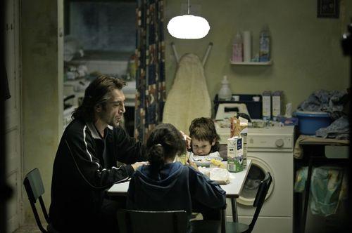 Biutiful - Uxbal, Ana et Mateo / Javier Bardem, Hanaa Bouchaib et Guillermo Estrella