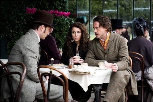 Sherlock Holmes 2 Jeu d'ombres - 04 - Docteur John H. Watson, Simza & Sherlock Holmes / Jude Law, Noomi Rapace & Robert Downey Jr.